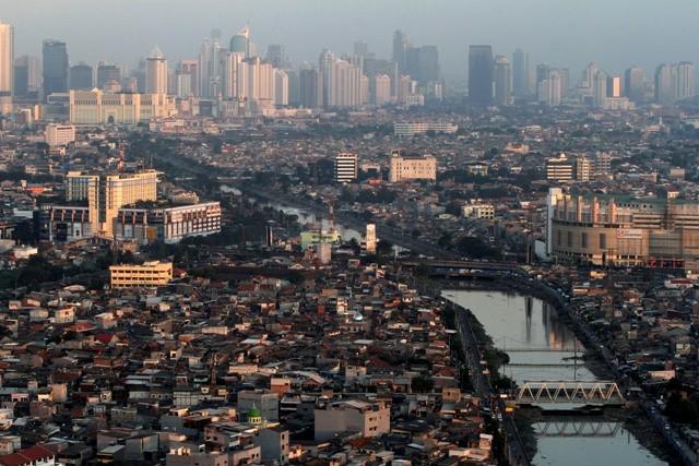 Lanskap gedung-gedung perkantoran, apartemen dan permukiman penduduk di Jakarta. Foto: Antara/Widodo S Jusuf
