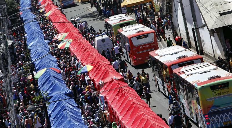 Suasana pembeli memadati area pedagang kaki lima (PKL) Tanah Abang di Jalan Jatibaru Raya, Jakarta Pusat. Foto: MI/Rommy Pujianto.