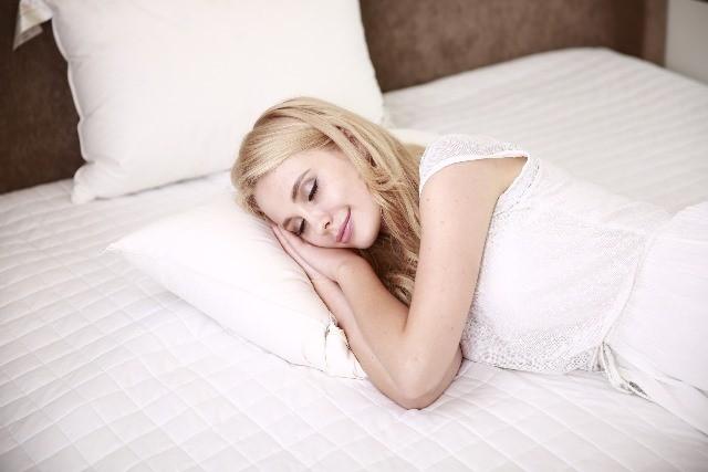 Tertidur dengan keadaan telentang dapat mendorong lidah ke ke belakang dapat membuat suara yang nyaring. Untuk itu ubahlah posisi tidur Anda miring ke kiri atau ke kanan. (Foto: Pixabay.com)