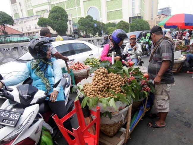 Pedagang kaki lima (PKL) berjualan di trotoar pejalan kaki di kawasan Tanah Abang, Jakarta, Selasa (24/10). (Foto: MI/Bary Fathahilah).