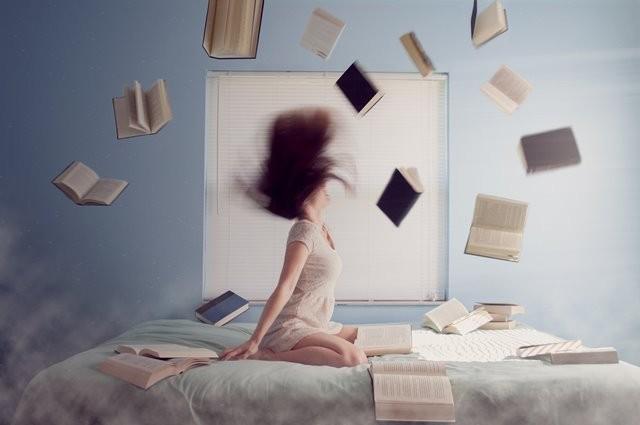 (Menurut sebuah penelitian yang dilakukan oleh Binghamton University, salah satu efek buruk kurang tidur dari delapan jam semalam adalah depresi. Foto:  Lacie Slezak/Unsplash.com)