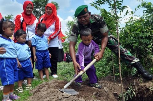 Seorang tentara mengajarkan siswa TK di Temanggung, Jawa Tengah,