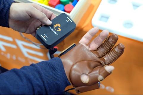 Sarung Tangan Robotik NeoMano Dapat Kendalikan Tangan Lumpuh