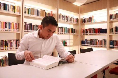 Pengunjung membaca buku di perpustakaan milik BEI di Jakarta,