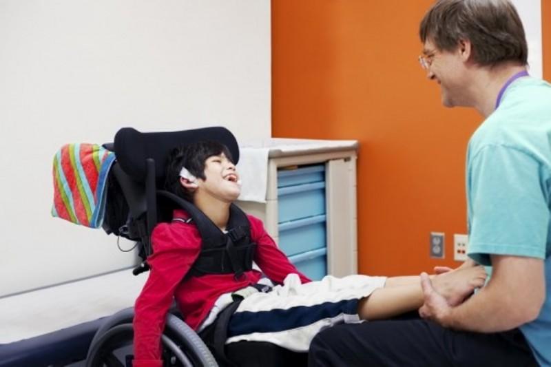 Seorang anak penderita cerebral palsy mendapatkan fisioterapi dari tenaga ahli. (Foto: Shutterstock)