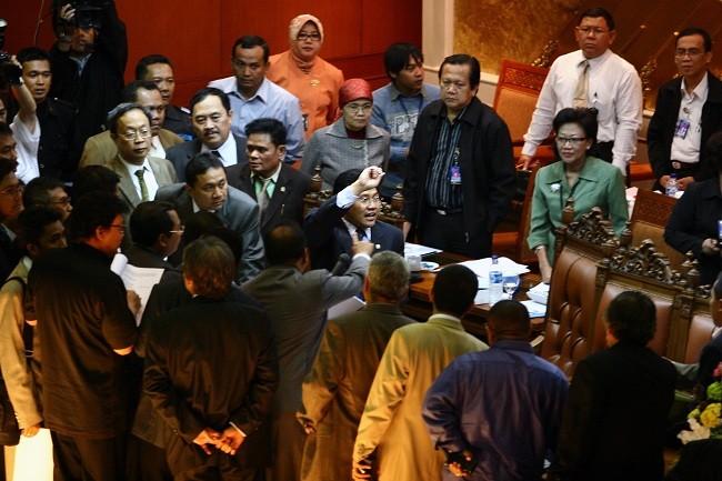 Ricuh mewarnai rapat paripurna kasus BLBI di DPR, Februari 2008. (MI)