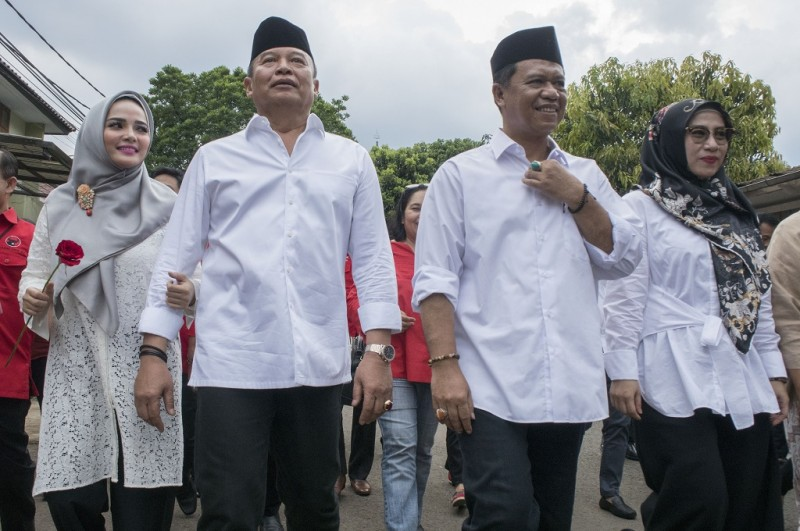 TB Hasanuddin kiri dan Anton Charliyan kanan didampingi istri masing-masing berjalan menuju Kantor KPU Jabar untuk mendaftar di Pilkada Jabar 2018, Ant - Novrian Arbi