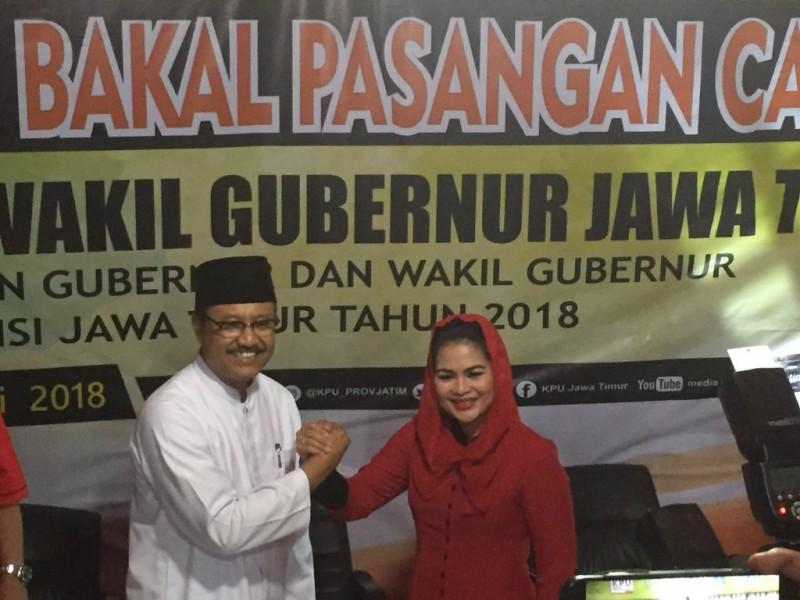 Gus Ipul dan Puti Guntur saat mendaftar cagub dan cawagub di KPU Jatiim - Medcom.id/Amaluddin.