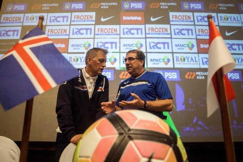 Pelatih Timnas Islandia Heimir Hallgrimsson (kiri) berdialog dengan pelatih Timnas Indonesia Selection, Robert Alberts (kanan) (ANTARA FOTO/Andreas Fitri Atmoko)