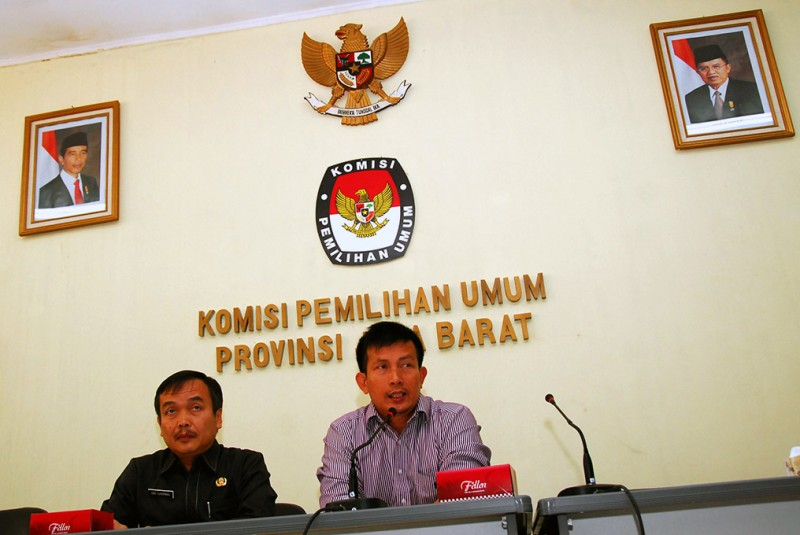 Ketua KPU Jabar Yayat Hidayat (kanan) -- ANT/Agus Bebeng