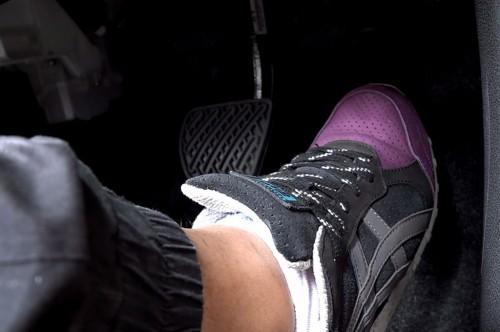 Jangan pilih sepatu dengan sol tebal untuk mengemudi mobil.