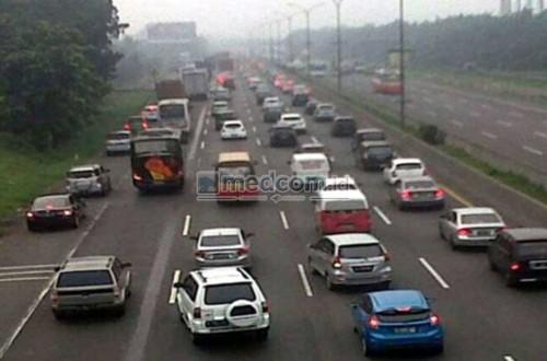 Perhatikan kendaraan sekeliling sebelum berpindah jalur.