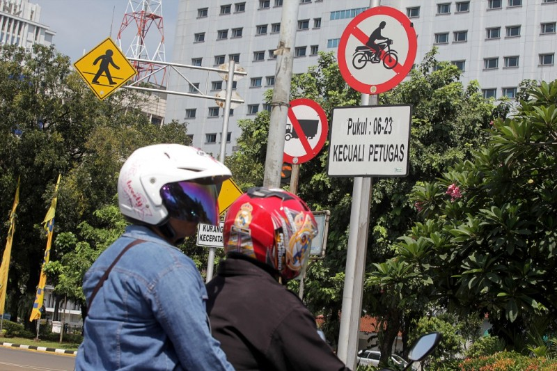 Pengendara sepeda motor melintas di kawasan Medan Merdaka Barat, Jakarta, Senin (20/4).ANTARA FOTO/Muhammad Adimaja.
