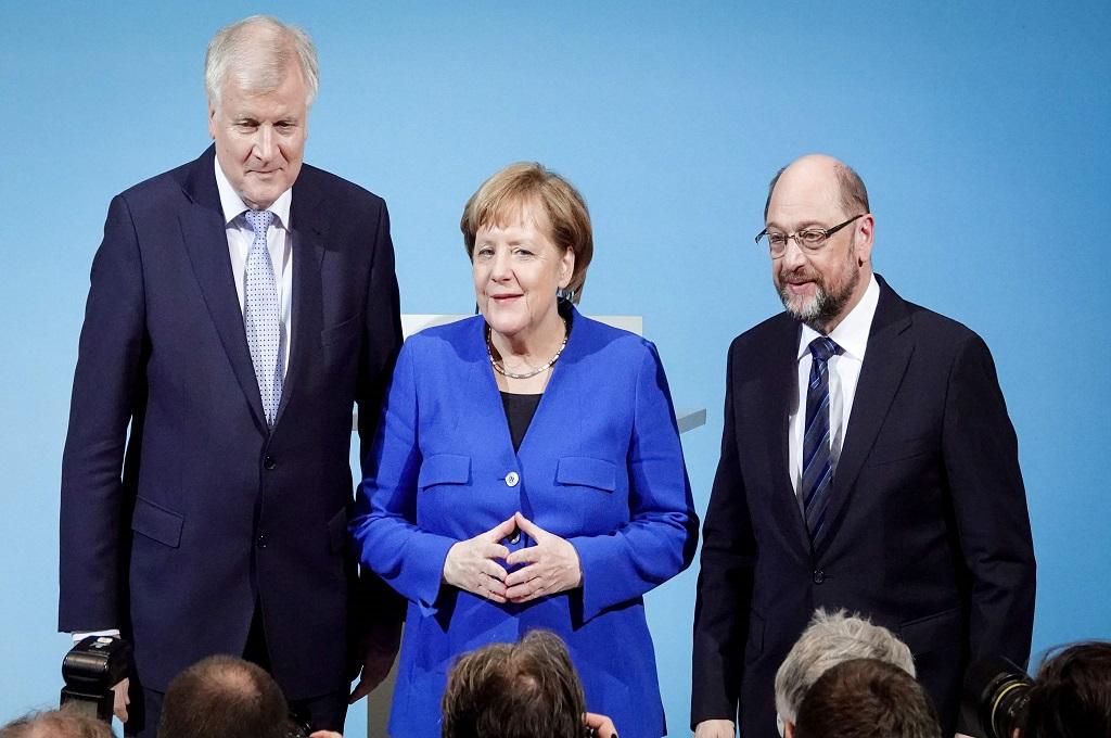 Kanselir Jerman Angela Merkel (tengah) bersama kepala SPD Martin Schulz (kanan) dan kepala CDU Horst Seehofer di Berlin, 12 Januari 2018. (Foto: AFP/dpa/KAY NIETFELD)