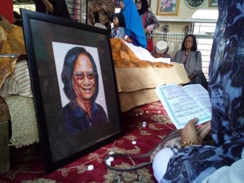 Jenazah Yon Koeswoyo di rumah duka (Foto: medcom/cecylia)