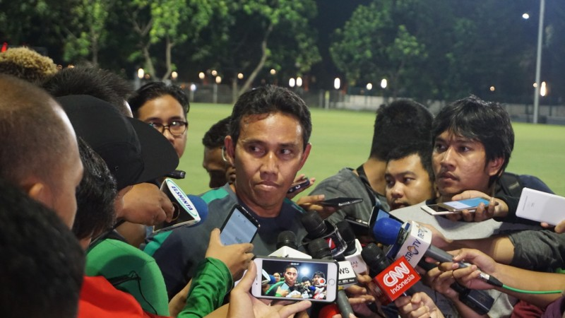 Asisten pelatih Timnas Indonesia Bima Sakti memberikan keterangan pers usai latihan timnas jelang laga kontra Islandia (Foto: medcom.id/Kautsar Halim)