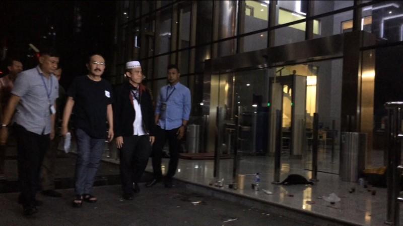 Advokat Fredrich Yunadi (kaos hitam) tiba di Gedung KPK setelah dijemput paksa oleh penyidik. Foto: Juven Martua Sitompul