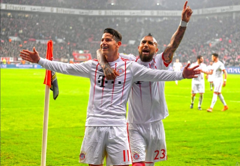 James Rodriguez (depan) menjadi bintang kemenangan Bayern atas Leverkusen. (Foto: twitter bayern)