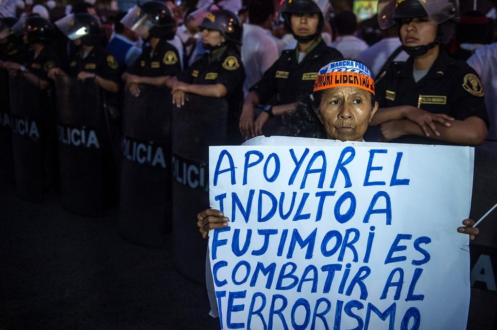 Ratusan warga Peru berunjuk rasa mendukung Fujimori di Lima, 12 Januari 2018. (Foto: AFP/ERNESTO BENAVIDES)