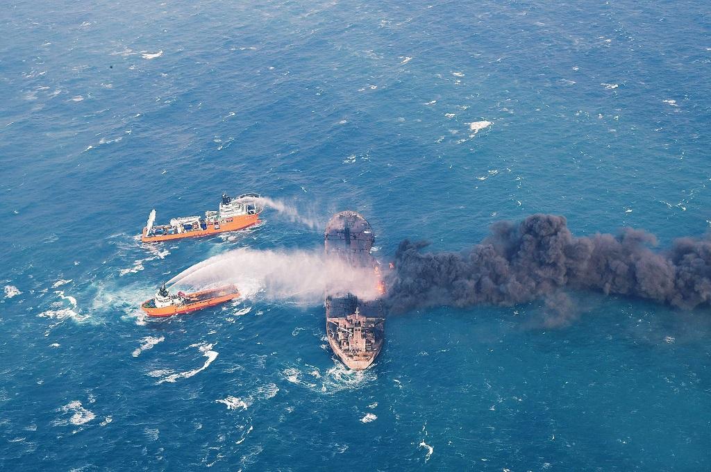 Dua kapal Tiongkok berusaha memadamkan api di tanker Sanchi asal Iran di lepas pantai Shanghai, 10 Januari 2018. (Foto: AFP/TRANSPORT MINISTRY OF CHINA)