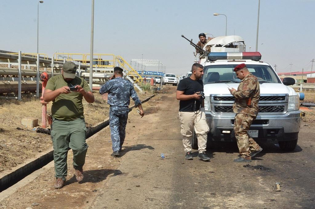 Petugas keamanan memeriksa lokasi bom bunuh diri di dekat pembangkit listrik di Baghdad bagian utara, Irakj, 2 September 2017. (Foto: AFP/MAHMUD SALEH)
