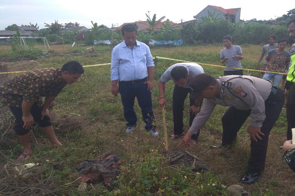 Polisi mengecek tulang yang ditemukan di Kabupaten Tangerang, Sabtu, 13 Januari 2018, Medcom.id - Hendrik