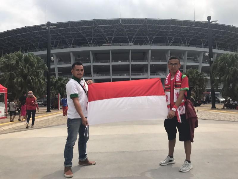 Penonton Indonesia vs Islandia menyiapkan pernak-pernik untuk menonton pertandingan. Foto: Medcom.id/Haifa Salsabila.