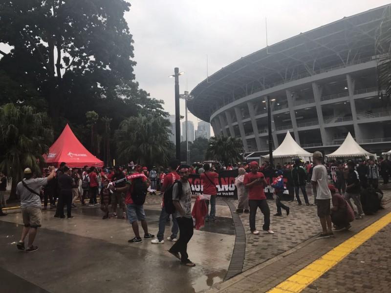 Penonton Indonesia vs Islandia tetap bersemangat walau hujan mengguyur. Foto: Medcom.id/Haifa Salsabila.