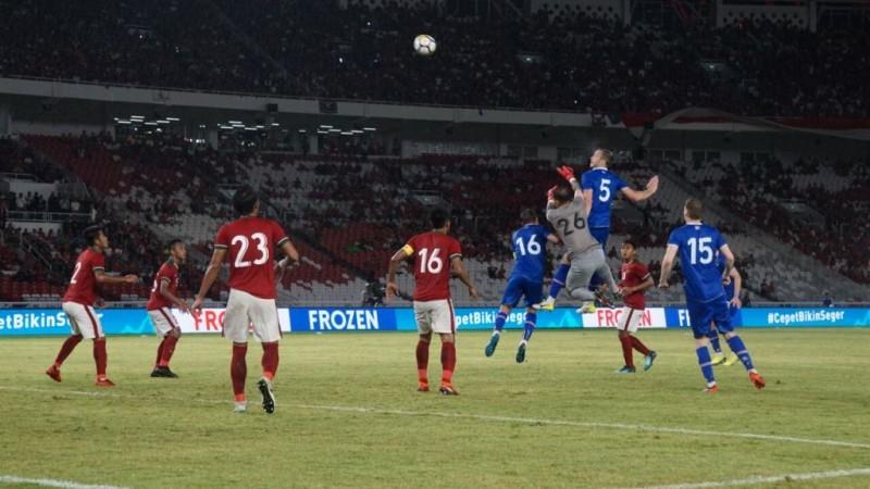 Duel yang terjadi pada laga persahabatan antaran Indonesia kontra Islandia di Stadion Utama Gelora Bung Karno (Foto: Kautsar Halim/Medcom.id)