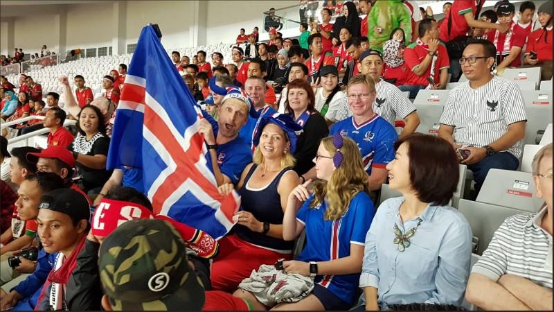 Para suporter Islandia yang menonton langsung di SUGBK (Foto: @footballiceland)