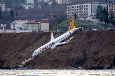 Pesawat Turki Nyaris Jatuh dari Tebing Pinggir Laut