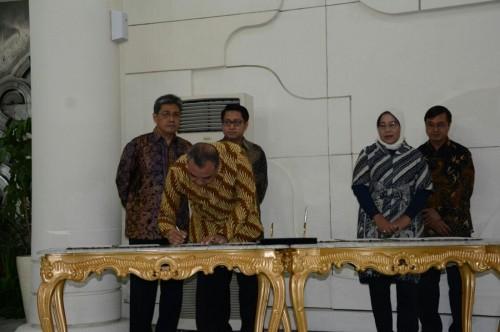 Bupati Tangerang Ahmed Zaki Iskandar menandatangani kesepakatan