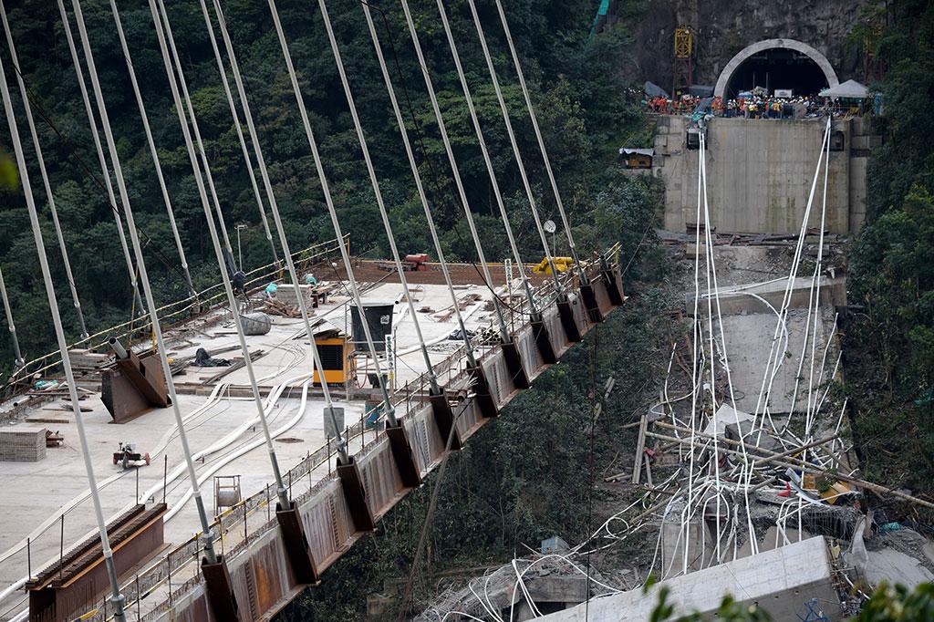 Jembatan Runtuh Saat Proses Pengerjaan, 10 Tewas