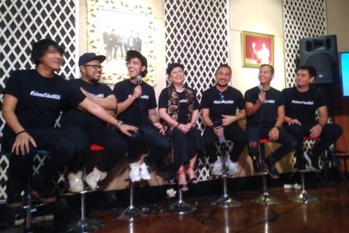 Direktur Musica Studio Indrawati Widjaja bersama enam personel