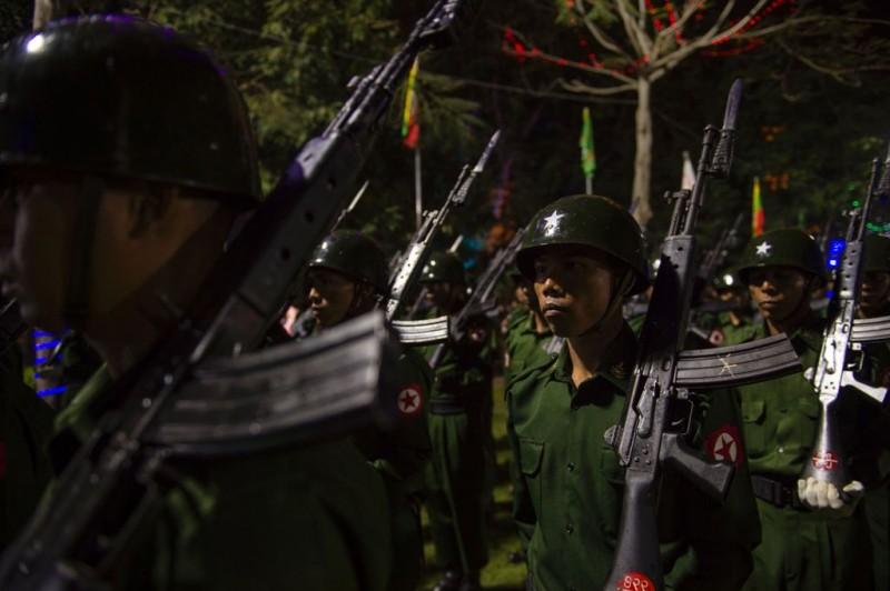 Pihak keamanan Myanmar terlibat bentrok dengan warga Buddha di Rakhine (Foto: AFP).