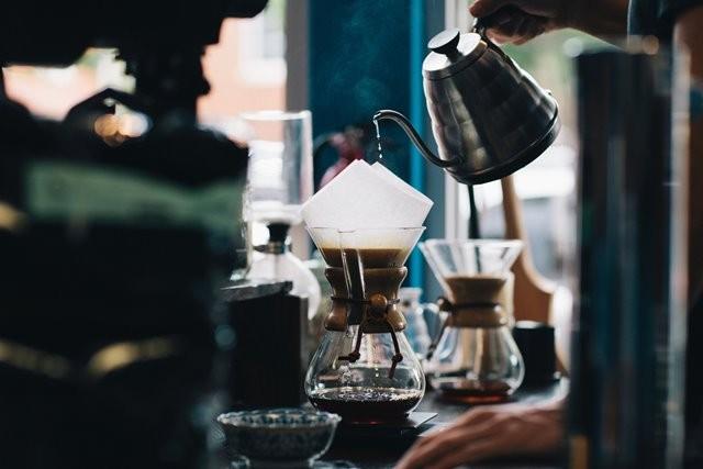 Dilansir dari Boldsky.com, kandungan kafein dalam kopi dapat menyebabkan saraf di kepala Anda terangsang dan memicu migrain. (Foto:  Karl Fredrickson/Unsplash.com)