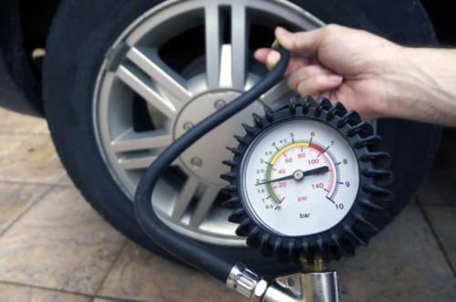 Mengukur tekanan angin ban mobil, gunakan alat ukur khusus,
