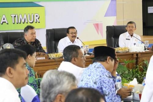 Gubernur Jatim Soekarwo (tengah) saat membuka rapat dengan