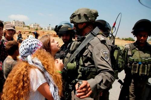 Ahed Tamimi (berambut ikal) kerap melakukan perlawanan terhadap