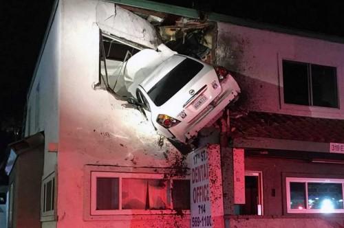 Kecelakaan mobilhingga nyangkut di rumah warga. Carscoops