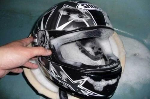 Kalau padding dan busa helm tak bisa dicabut, harus dicuci