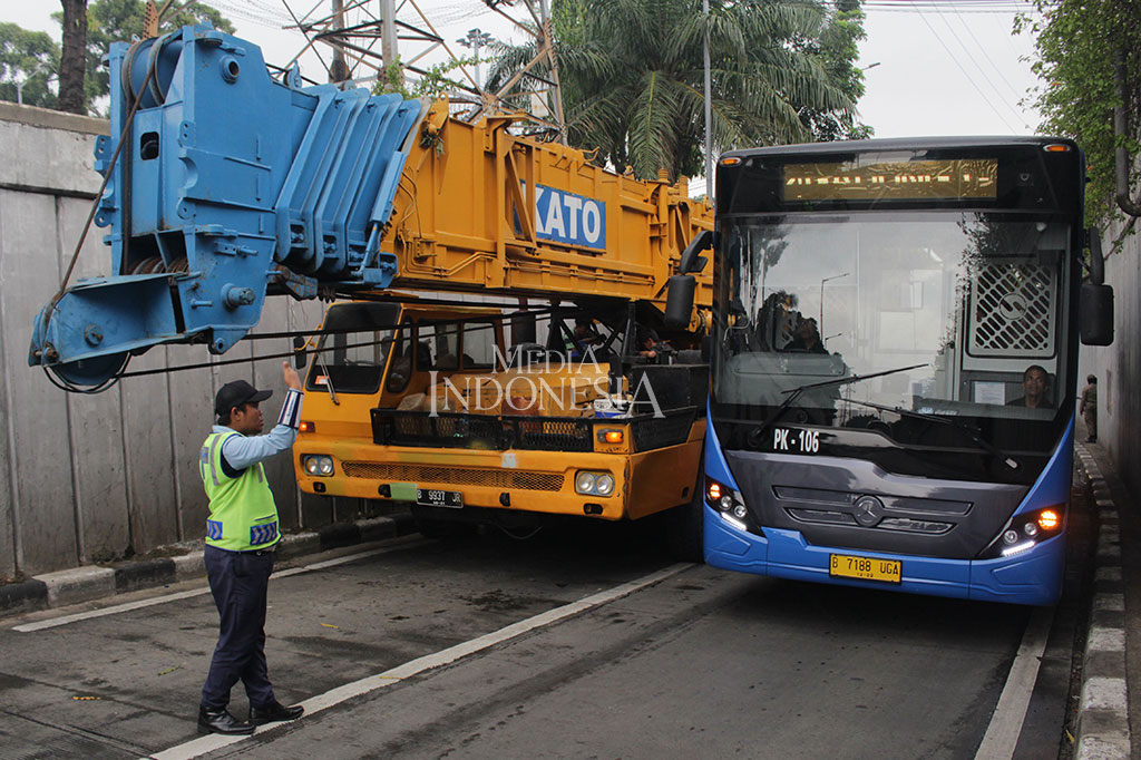 Mobil Crane Mogok di Underpass Senen, Lalin Macet Parah