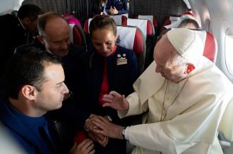 Paus Nikahkan Awak Kabin di Atas Pesawat