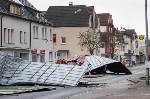 Atap bangunan terlempar ke jalan raya akibat Badai Friederike di
