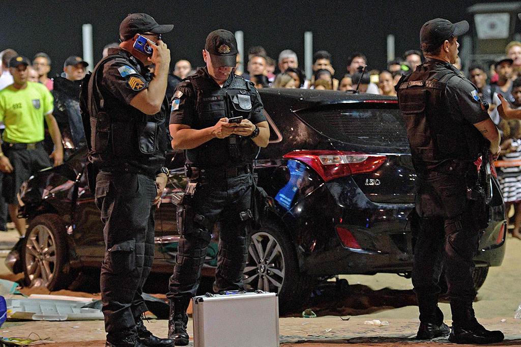 Mobil Tabrak Pengunjung Pantai Copacabana, 11 Terluka