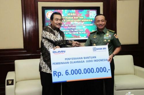 Direktur Utama Bank BRI Suprajarto saat menyerahkan bantuan dana