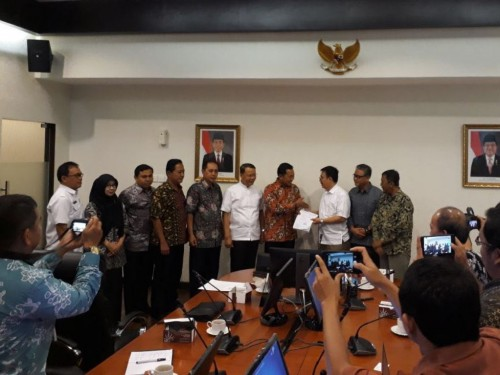 Plt Gubernur Bengkulu Rohidin Mersyah (lima kanan) didampingi GM