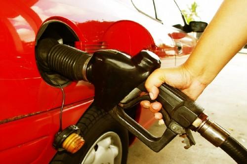 Ilustrasi pengisian bahan bakar minyak ke kendaraan. (Foto: