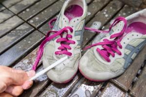 Cara Mudah Menghilangkan Noda Detergen pada Sepatu