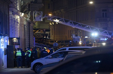 Petugas pemadam kebakaran berada di hotel yang terbakar di